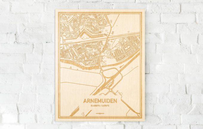 De kaart Arnemuiden aan een witte bakstenen muur. Prachtige persoonlijke muurdecoratie. Lasers graveren Arnemuiden haar straten, buurten en huizen waardoor een bijzondere plaats in Zeeland mooi in kaart gebracht wordt.