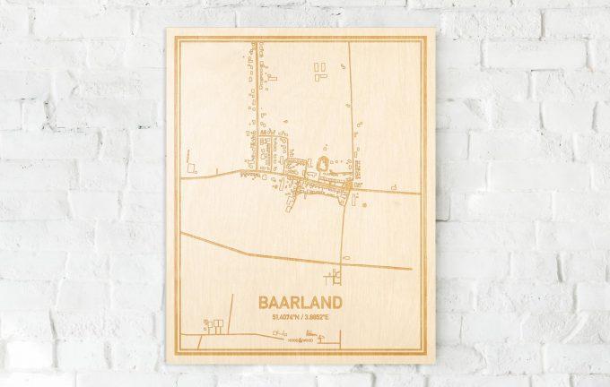 De kaart Baarland aan een witte bakstenen muur. Prachtige persoonlijke muurdecoratie. Lasers graveren Baarland haar straten, buurten en huizen waardoor een opvallende plaats in Zeeland mooi in kaart gebracht wordt.