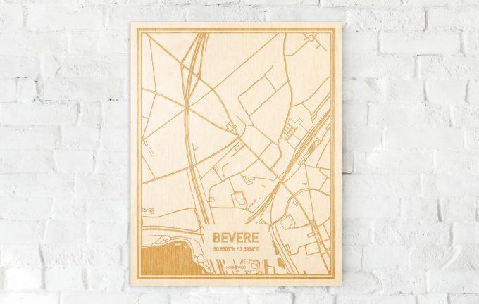 De kaart Bevere aan een witte bakstenen muur. Prachtige persoonlijke muurdecoratie. Lasers graveren Bevere haar straten, buurten en huizen waardoor een speciale plaats in Oost-Vlaanderen  mooi in kaart gebracht wordt.
