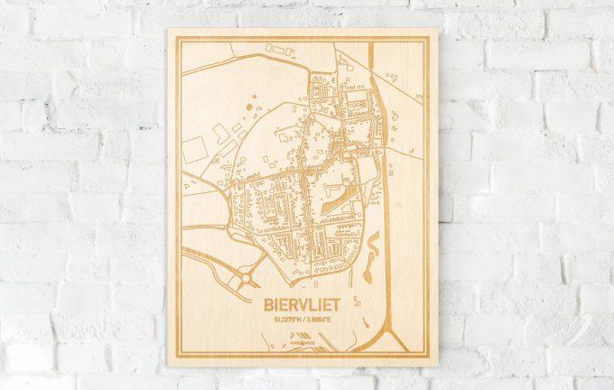 De kaart Biervliet aan een witte bakstenen muur. Prachtige persoonlijke muurdecoratie. Lasers graveren Biervliet haar straten, buurten en huizen waardoor een schitterende plaats in Zeeland mooi in kaart gebracht wordt.