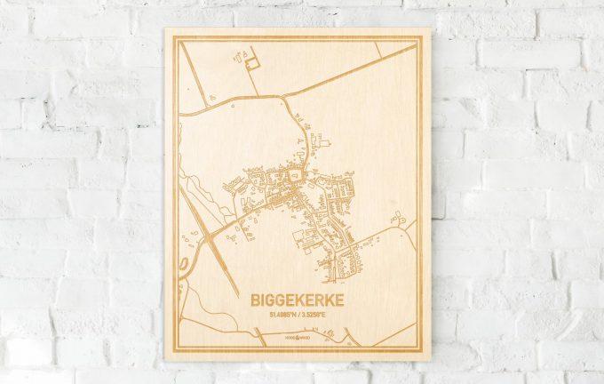 De kaart Biggekerke aan een witte bakstenen muur. Prachtige persoonlijke muurdecoratie. Lasers graveren Biggekerke haar straten, buurten en huizen waardoor een stijlvolle plaats in Zeeland mooi in kaart gebracht wordt.