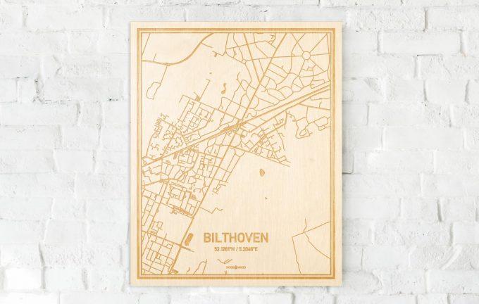 De kaart Bilthoven aan een witte bakstenen muur. Prachtige persoonlijke muurdecoratie. Lasers graveren Bilthoven haar straten, buurten en huizen waardoor een schitterende plaats in Utrecht mooi in kaart gebracht wordt.