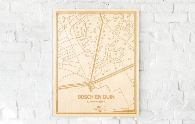 De kaart Bosch en Duin aan een witte bakstenen muur. Prachtige persoonlijke muurdecoratie. Lasers graveren Bosch en Duin haar straten, buurten en huizen waardoor een opvallende plaats in Utrecht mooi in kaart gebracht wordt.