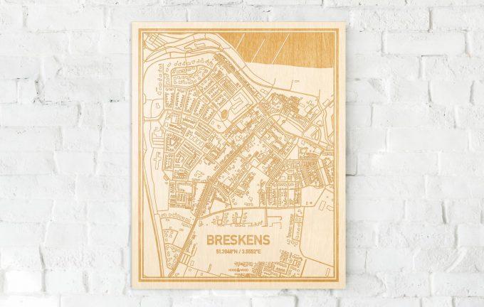 De kaart Breskens aan een witte bakstenen muur. Prachtige persoonlijke muurdecoratie. Lasers graveren Breskens haar straten, buurten en huizen waardoor een schitterende plaats in Zeeland mooi in kaart gebracht wordt.