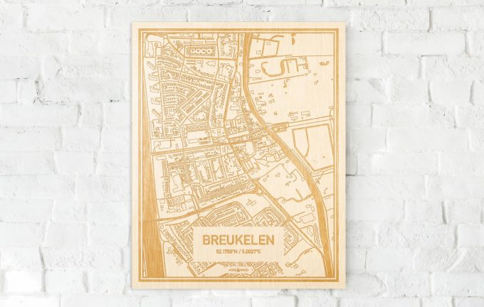 De kaart Breukelen aan een witte bakstenen muur. Prachtige persoonlijke muurdecoratie. Lasers graveren Breukelen haar straten, buurten en huizen waardoor een prachtige plaats in Utrecht mooi in kaart gebracht wordt.