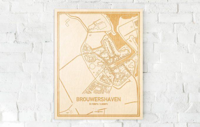 De kaart Brouwershaven aan een witte bakstenen muur. Prachtige persoonlijke muurdecoratie. Lasers graveren Brouwershaven haar straten, buurten en huizen waardoor een prachtige plaats in Zeeland mooi in kaart gebracht wordt.
