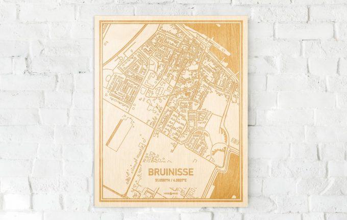 De kaart Bruinisse aan een witte bakstenen muur. Prachtige persoonlijke muurdecoratie. Lasers graveren Bruinisse haar straten, buurten en huizen waardoor een unieke plaats in Zeeland mooi in kaart gebracht wordt.