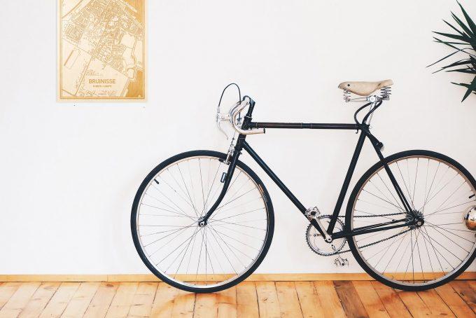 Een snelle fiets in een uniek interieur in Zeeland met mooie decoratie zoals de plattegrond Bruinisse.