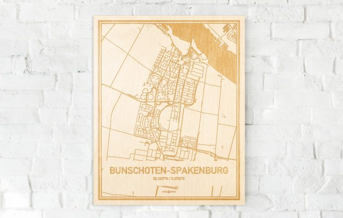 De kaart Bunschoten-Spakenburg aan een witte bakstenen muur. Prachtige persoonlijke muurdecoratie. Lasers graveren Bunschoten-Spakenburg haar straten, buurten en huizen waardoor een prachtige plaats in Utrecht mooi in kaart gebracht wordt.