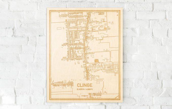 De kaart Clinge aan een witte bakstenen muur. Prachtige persoonlijke muurdecoratie. Lasers graveren Clinge haar straten, buurten en huizen waardoor een opvallende plaats in Zeeland mooi in kaart gebracht wordt.