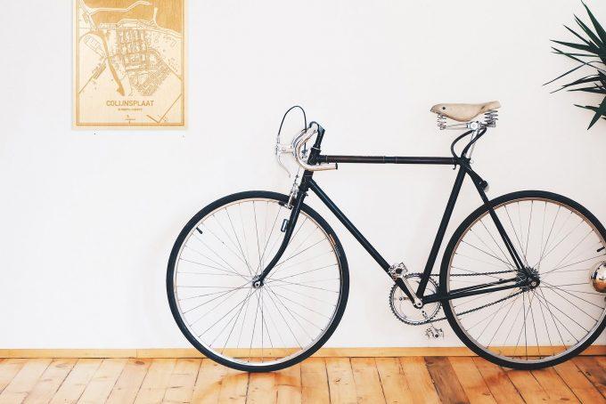 Een snelle fiets in een uniek interieur in Zeeland met mooie decoratie zoals de plattegrond Colijnsplaat.