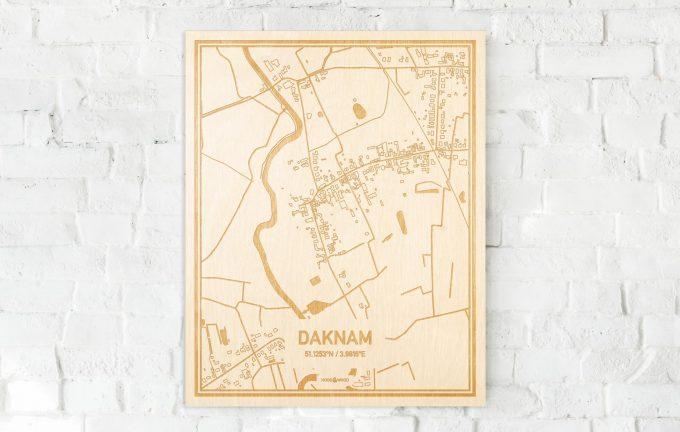De kaart Daknam aan een witte bakstenen muur. Prachtige persoonlijke muurdecoratie. Lasers graveren Daknam haar straten, buurten en huizen waardoor een verrassende plaats in Oost-Vlaanderen  mooi in kaart gebracht wordt.