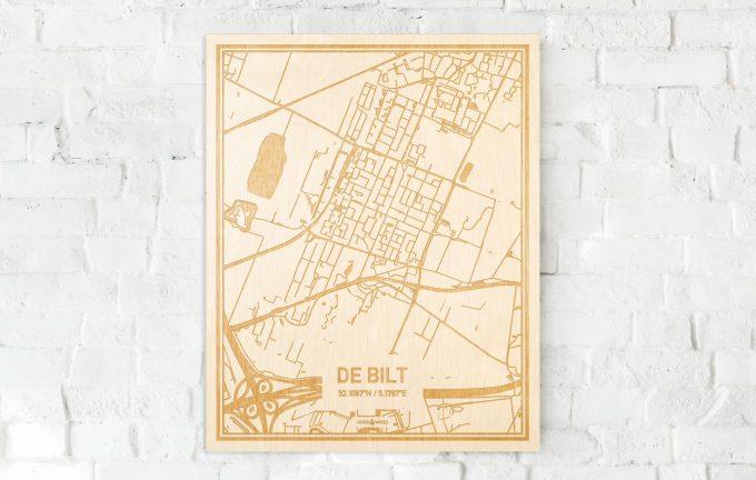 De kaart De Bilt aan een witte bakstenen muur. Prachtige persoonlijke muurdecoratie. Lasers graveren De Bilt haar straten, buurten en huizen waardoor een unieke plaats in Utrecht mooi in kaart gebracht wordt.