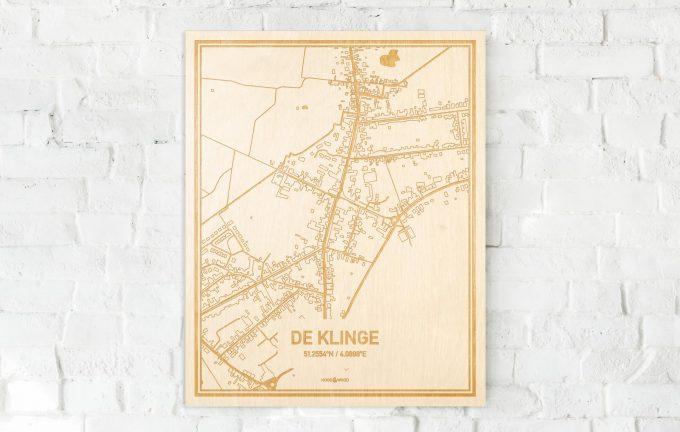De kaart De Klinge aan een witte bakstenen muur. Prachtige persoonlijke muurdecoratie. Lasers graveren De Klinge haar straten, buurten en huizen waardoor een originele plaats in Oost-Vlaanderen  mooi in kaart gebracht wordt.