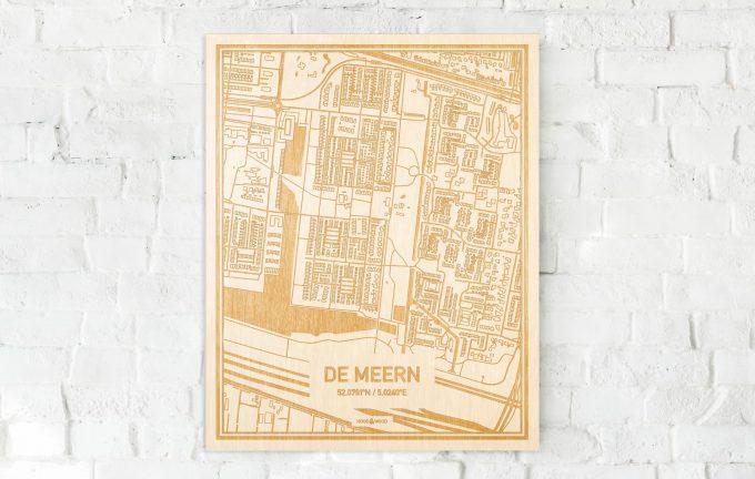 De kaart De Meern aan een witte bakstenen muur. Prachtige persoonlijke muurdecoratie. Lasers graveren De Meern haar straten, buurten en huizen waardoor een speciale plaats in Utrecht mooi in kaart gebracht wordt.