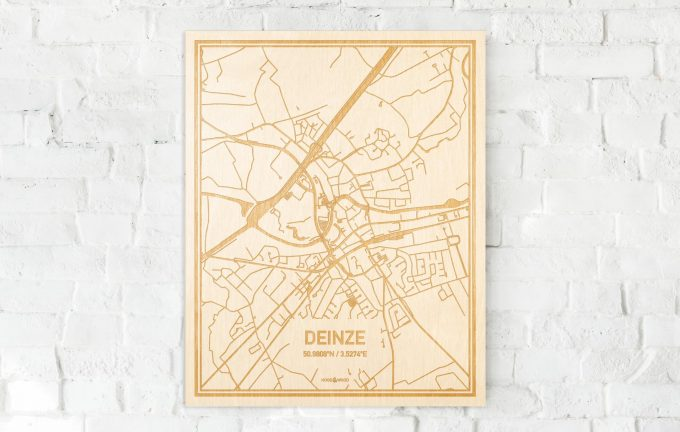 De kaart Deinze aan een witte bakstenen muur. Prachtige persoonlijke muurdecoratie. Lasers graveren Deinze haar straten, buurten en huizen waardoor een stijlvolle plaats in Oost-Vlaanderen  mooi in kaart gebracht wordt.