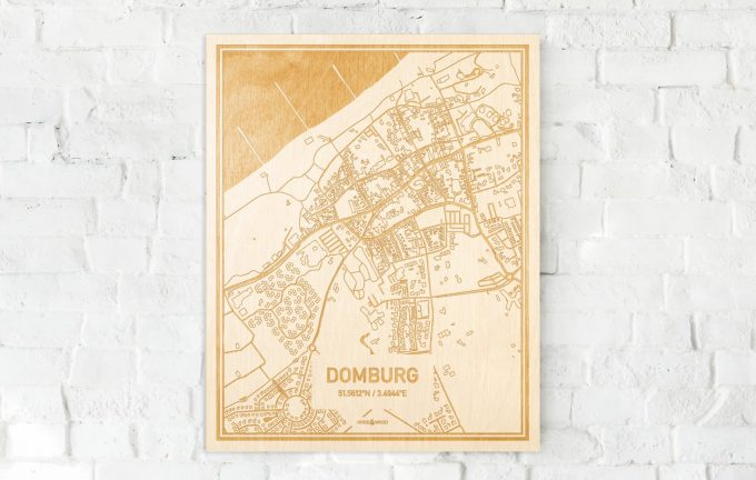De kaart Domburg aan een witte bakstenen muur. Prachtige persoonlijke muurdecoratie. Lasers graveren Domburg haar straten, buurten en huizen waardoor een opvallende plaats in Zeeland mooi in kaart gebracht wordt.