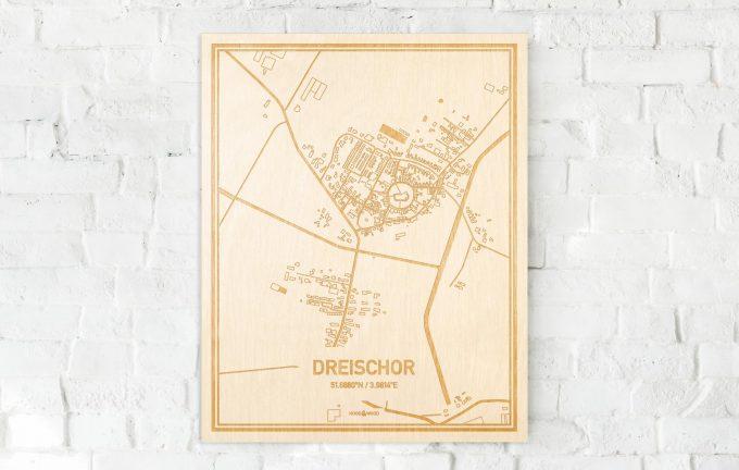 De kaart Dreischor aan een witte bakstenen muur. Prachtige persoonlijke muurdecoratie. Lasers graveren Dreischor haar straten, buurten en huizen waardoor een originele plaats in Zeeland mooi in kaart gebracht wordt.