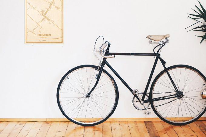 Een snelle fiets in een uniek interieur in Zeeland met mooie decoratie zoals de plattegrond Driewegen.