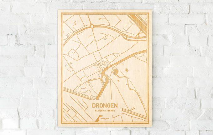 De kaart Drongen aan een witte bakstenen muur. Prachtige persoonlijke muurdecoratie. Lasers graveren Drongen haar straten, buurten en huizen waardoor een prachtige plaats in Oost-Vlaanderen  mooi in kaart gebracht wordt.