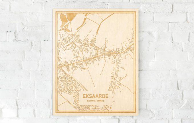 De kaart Eksaarde aan een witte bakstenen muur. Prachtige persoonlijke muurdecoratie. Lasers graveren Eksaarde haar straten, buurten en huizen waardoor een opvallende plaats in Oost-Vlaanderen  mooi in kaart gebracht wordt.