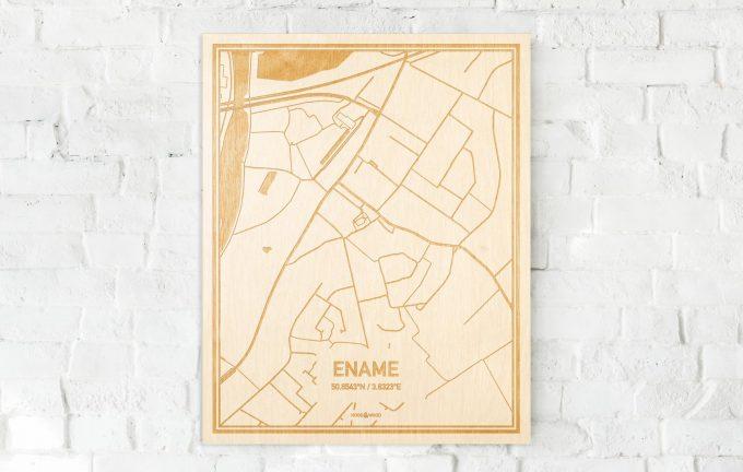 De kaart Ename aan een witte bakstenen muur. Prachtige persoonlijke muurdecoratie. Lasers graveren Ename haar straten, buurten en huizen waardoor een bijzondere plaats in Oost-Vlaanderen  mooi in kaart gebracht wordt.