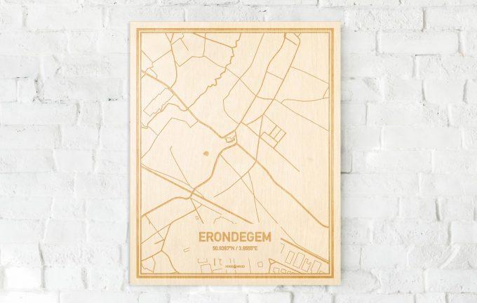De kaart Erondegem aan een witte bakstenen muur. Prachtige persoonlijke muurdecoratie. Lasers graveren Erondegem haar straten, buurten en huizen waardoor een moderne plaats in Oost-Vlaanderen  mooi in kaart gebracht wordt.