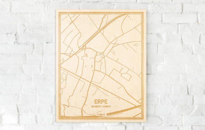 De kaart Erpe aan een witte bakstenen muur. Prachtige persoonlijke muurdecoratie. Lasers graveren Erpe haar straten, buurten en huizen waardoor een speciale plaats in Oost-Vlaanderen  mooi in kaart gebracht wordt.
