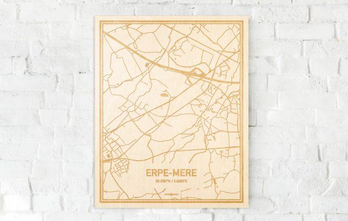 De kaart Erpe-Mere aan een witte bakstenen muur. Prachtige persoonlijke muurdecoratie. Lasers graveren Erpe-Mere haar straten, buurten en huizen waardoor een prachtige plaats in Oost-Vlaanderen  mooi in kaart gebracht wordt.
