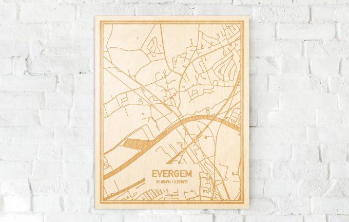 De kaart Evergem aan een witte bakstenen muur. Prachtige persoonlijke muurdecoratie. Lasers graveren Evergem haar straten, buurten en huizen waardoor een prachtige plaats in Oost-Vlaanderen  mooi in kaart gebracht wordt.