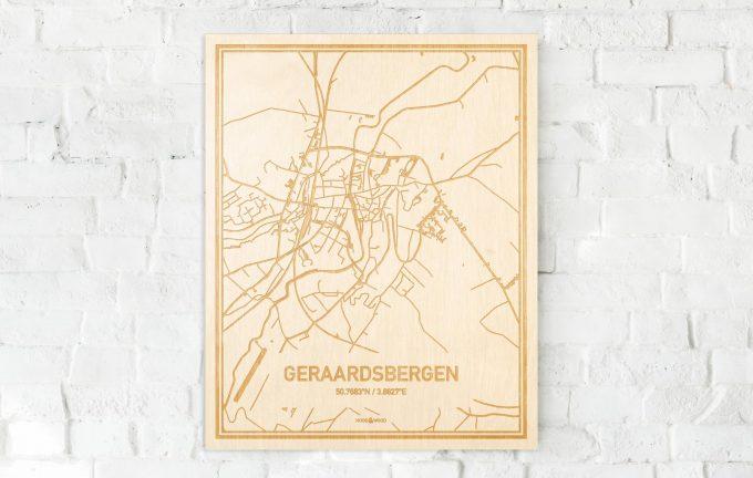 De kaart Geraardsbergen aan een witte bakstenen muur. Prachtige persoonlijke muurdecoratie. Lasers graveren Geraardsbergen haar straten, buurten en huizen waardoor een schitterende plaats in Oost-Vlaanderen  mooi in kaart gebracht wordt.
