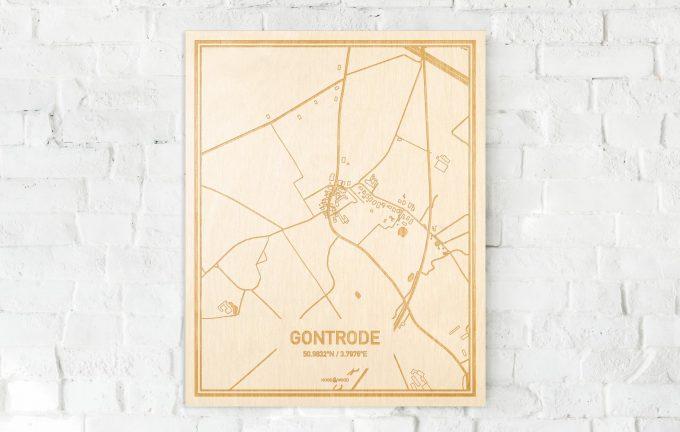 De kaart Gontrode aan een witte bakstenen muur. Prachtige persoonlijke muurdecoratie. Lasers graveren Gontrode haar straten, buurten en huizen waardoor een bijzondere plaats in Oost-Vlaanderen  mooi in kaart gebracht wordt.
