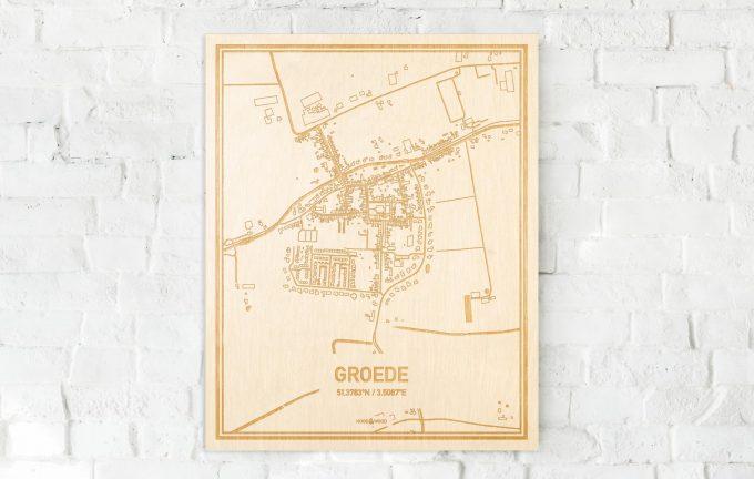 De kaart Groede aan een witte bakstenen muur. Prachtige persoonlijke muurdecoratie. Lasers graveren Groede haar straten, buurten en huizen waardoor een moderne plaats in Zeeland mooi in kaart gebracht wordt.