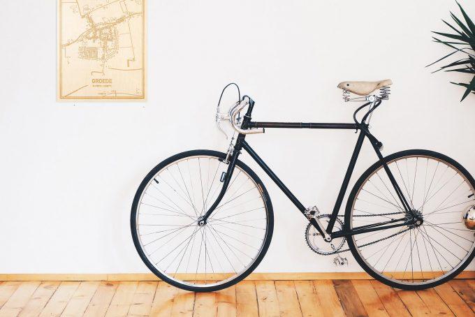 Een snelle fiets in een uniek interieur in Zeeland met mooie decoratie zoals de plattegrond Groede.