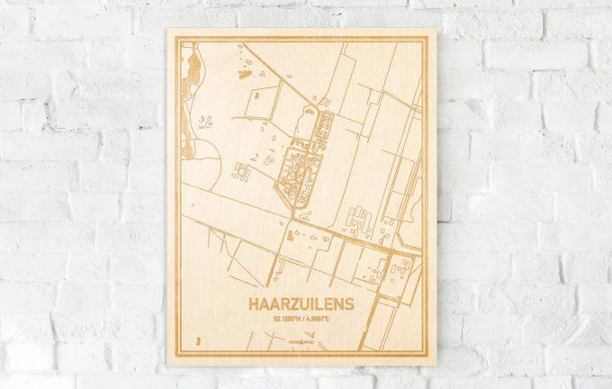 De kaart Haarzuilens aan een witte bakstenen muur. Prachtige persoonlijke muurdecoratie. Lasers graveren Haarzuilens haar straten, buurten en huizen waardoor een schitterende plaats in Utrecht mooi in kaart gebracht wordt.