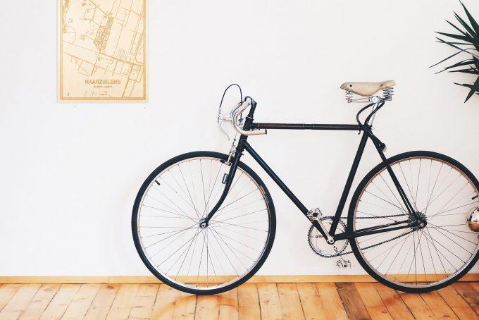 Een snelle fiets in een uniek interieur in Utrecht met mooie decoratie zoals de plattegrond Haarzuilens.