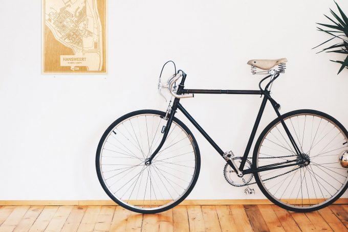Een snelle fiets in een uniek interieur in Zeeland met mooie decoratie zoals de plattegrond Hansweert.