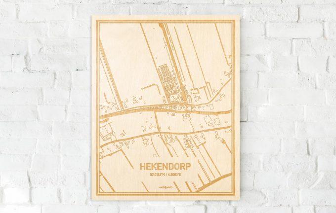 De kaart Hekendorp aan een witte bakstenen muur. Prachtige persoonlijke muurdecoratie. Lasers graveren Hekendorp haar straten, buurten en huizen waardoor een stijlvolle plaats in Utrecht mooi in kaart gebracht wordt.