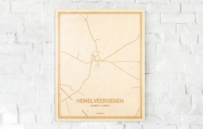 De kaart Hemelveerdegem aan een witte bakstenen muur. Prachtige persoonlijke muurdecoratie. Lasers graveren Hemelveerdegem haar straten, buurten en huizen waardoor een prachtige plaats in Oost-Vlaanderen  mooi in kaart gebracht wordt.