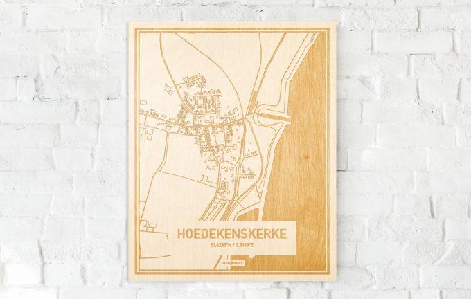 De kaart Hoedekenskerke aan een witte bakstenen muur. Prachtige persoonlijke muurdecoratie. Lasers graveren Hoedekenskerke haar straten, buurten en huizen waardoor een speciale plaats in Zeeland mooi in kaart gebracht wordt.
