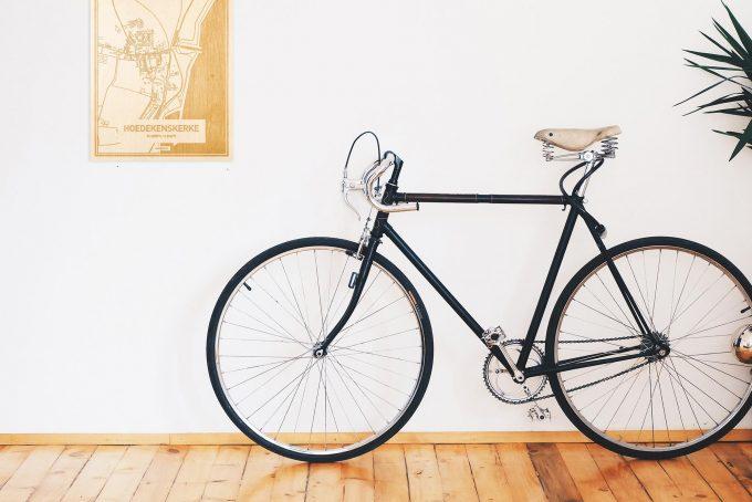 Een snelle fiets in een uniek interieur in Zeeland met mooie decoratie zoals de plattegrond Hoedekenskerke.