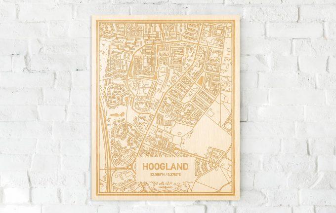 De kaart Hoogland aan een witte bakstenen muur. Prachtige persoonlijke muurdecoratie. Lasers graveren Hoogland haar straten, buurten en huizen waardoor een unieke plaats in Utrecht mooi in kaart gebracht wordt.
