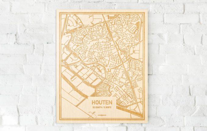 De kaart Houten aan een witte bakstenen muur. Prachtige persoonlijke muurdecoratie. Lasers graveren Houten haar straten, buurten en huizen waardoor een originele plaats in Utrecht mooi in kaart gebracht wordt.