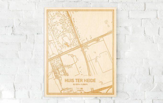 De kaart Huis ter Heide aan een witte bakstenen muur. Prachtige persoonlijke muurdecoratie. Lasers graveren Huis ter Heide haar straten, buurten en huizen waardoor een stijlvolle plaats in Utrecht mooi in kaart gebracht wordt.
