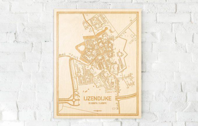 De kaart IJzendijke aan een witte bakstenen muur. Prachtige persoonlijke muurdecoratie. Lasers graveren IJzendijke haar straten, buurten en huizen waardoor een originele plaats in Zeeland mooi in kaart gebracht wordt.