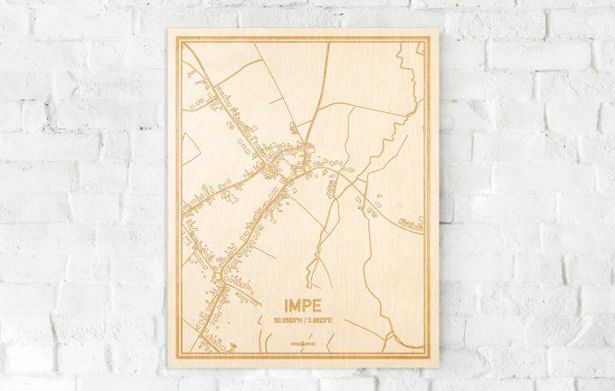 De kaart Impe aan een witte bakstenen muur. Prachtige persoonlijke muurdecoratie. Lasers graveren Impe haar straten, buurten en huizen waardoor een verrassende plaats in Oost-Vlaanderen  mooi in kaart gebracht wordt.