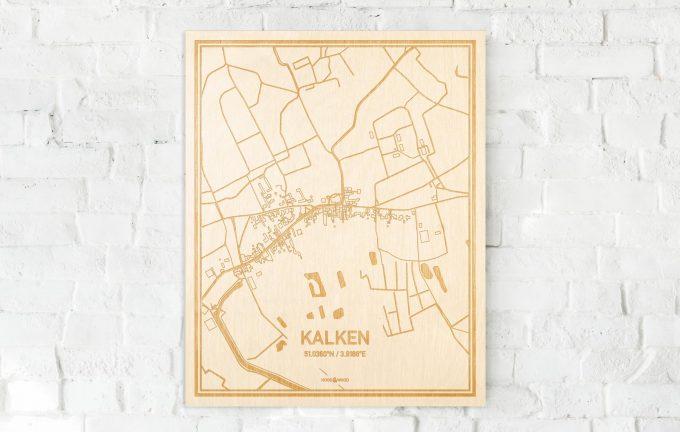 De kaart Kalken aan een witte bakstenen muur. Prachtige persoonlijke muurdecoratie. Lasers graveren Kalken haar straten, buurten en huizen waardoor een speciale plaats in Oost-Vlaanderen  mooi in kaart gebracht wordt.