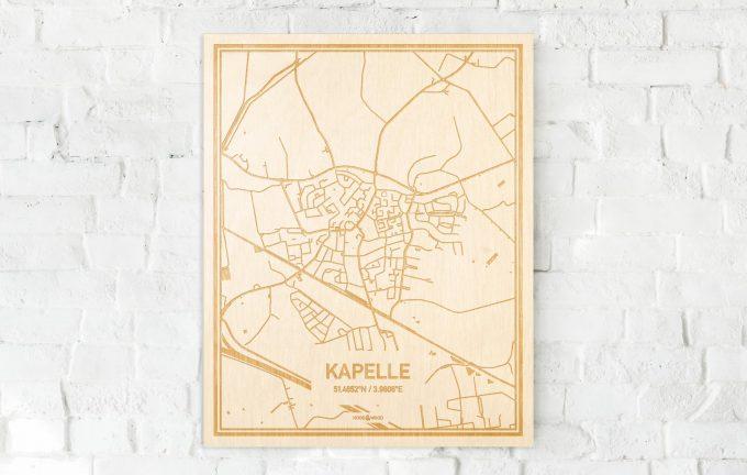 De kaart Kapelle aan een witte bakstenen muur. Prachtige persoonlijke muurdecoratie. Lasers graveren Kapelle haar straten, buurten en huizen waardoor een speciale plaats in Zeeland mooi in kaart gebracht wordt.