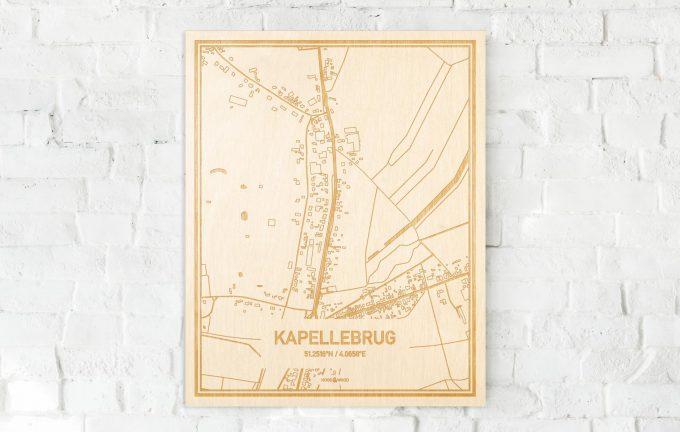 De kaart Kapellebrug aan een witte bakstenen muur. Prachtige persoonlijke muurdecoratie. Lasers graveren Kapellebrug haar straten, buurten en huizen waardoor een stijlvolle plaats in Zeeland mooi in kaart gebracht wordt.