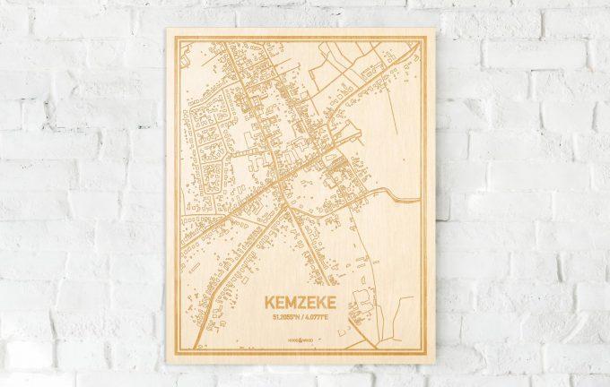 De kaart Kemzeke aan een witte bakstenen muur. Prachtige persoonlijke muurdecoratie. Lasers graveren Kemzeke haar straten, buurten en huizen waardoor een speciale plaats in Oost-Vlaanderen  mooi in kaart gebracht wordt.